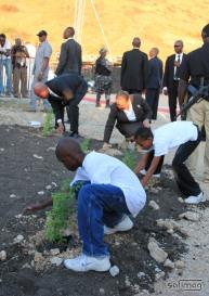 10 enfants 10 plantules posées sur le site commémoratif en hommage au victimes du 12 Janvier 2O1O